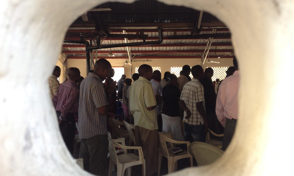 Helande bön i City Christian Centre. I en kontext där 97 % av befolkningen är muslimer har kyrkan vuxit ifrån 35 medlemmar till närmare 1 000 på tio år.