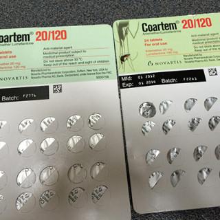 Försäljningen av falska mediciner beräknas dra in enorma vinster, långt mer än vad organiserad brottslighet med droger betingar, skriver Susanne Lundin. Här två förpackningar med malariamedicin, Coartem. Den högra är förfalskad och det avslöjas med felaktig placering av batchnumret.