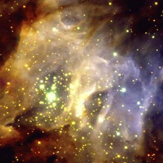 Bilden visar ett område i Vintergatan på ett avstånd av cirka 5000 ljusår, där stjärnorna som nyligen bildats i moln av gas och stoft fortfarande är skymda. Den diffusa strålningen består bland annat av spritt stjärnljus som sprids av stoftet och gasen i området. Foto: ESO