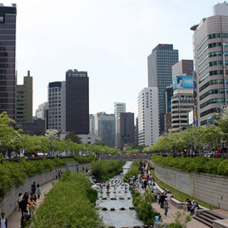 Floden Cheonggyecheon i Seoul visar hur man kan utforma grönområden i städer för att hantera översvämningar och förbättra stadslandskapet.