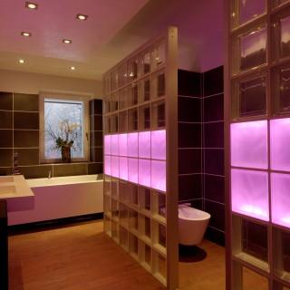Som vid en touchscreen kan en hel vägg lysas upp av LED belysning