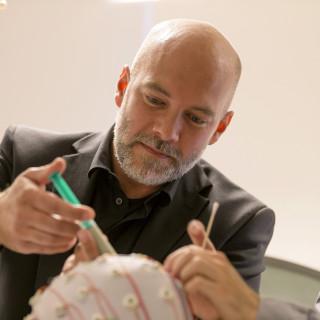 Mikael Johansson förser elektroderna på försökspersonen Erik Larsens huvud med en gel som ska förbättra den elektriska kontakten. Till höger Robin Hellerstedt. Försöket gäller hjärnans aktivitet i samband med undantryckta minnen.