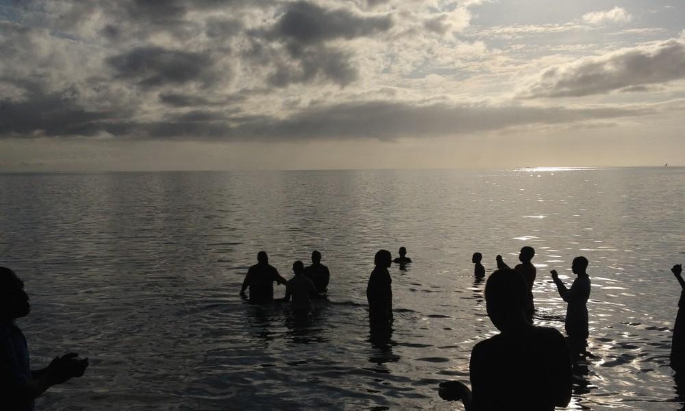 Vattendop för 37 nya medlemmar till City Christian Centre. Havet anses av många vara port in till andevärlden där en mängd mörka krafter finns. I Jesu namn överkoms de mörka krafterna.