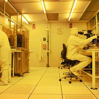 I renrumslaboratoriet arbetar forskare med nanostrukturer.